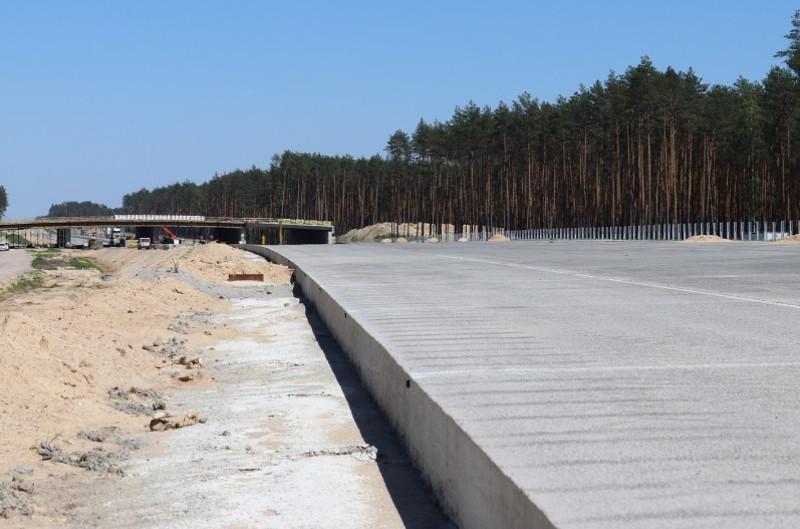 Betonowa nawierzchnia przyszłej drogi ekspresowej S8 Wyszków - Poręba