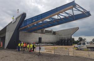 Budowa S7: Wiecha na moście w Jazowej na trasie Gdańsk - Elbląg