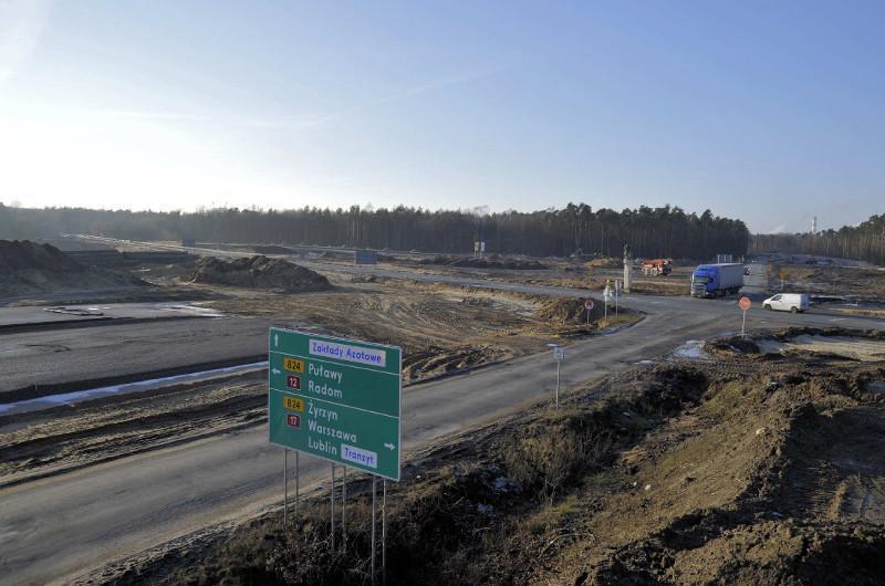 Budowa połączenia węzła Kurów Zachód na S17 z mostem na Wiśle w Puławach. Na zdjęciu przyszły węzeł Puławy Wschód.