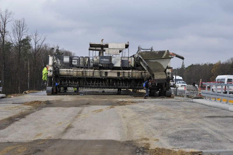 Układanie nawierzchni drogi ekspresowej S17 Kurów - granica województw