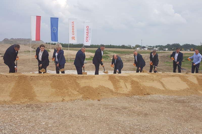Uroczyste wbicie pierwszej łopaty na budowie obwodnicy Kołbieli w ciągu drogi S17