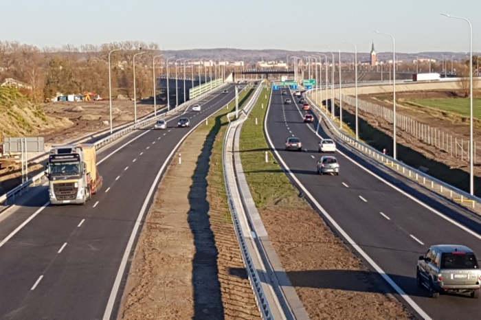 Prace nad nowymi drogami nie zaczynają się jednak na placach budowy. Dlatego ostatni kwartał br. zaowocuje przetargami na prace przygotowawcze (ok. 700 km) i realizację (ok. 130 km).