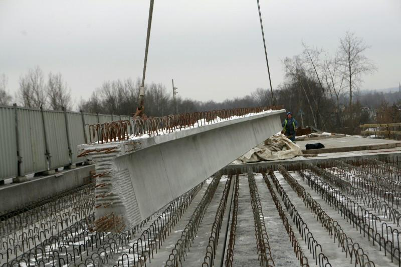 Montaż belek na przęsłach estakady w ciągu drogi S1 w Sosnowcu