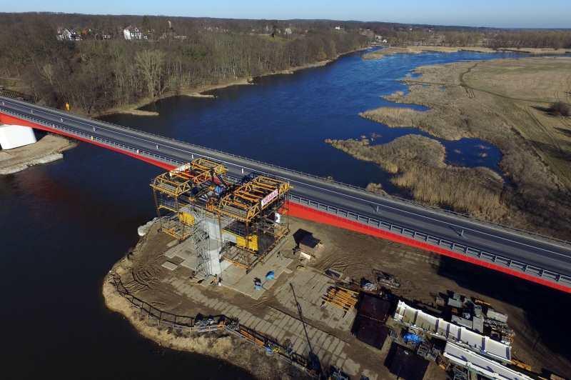 Budowa mostu przez Odrę w ciągu drogi S3 potrwa do końca roku