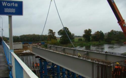 W Międzychodzie trwa montaż nowego mostu na Warcie