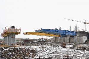 Budowa S5 w dolnośląskim: Ruszyło nasuwanie nowego mostu na Widawie