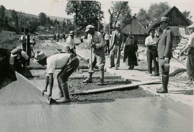 Ręczna budowa nawierzchni betonowej na drogach