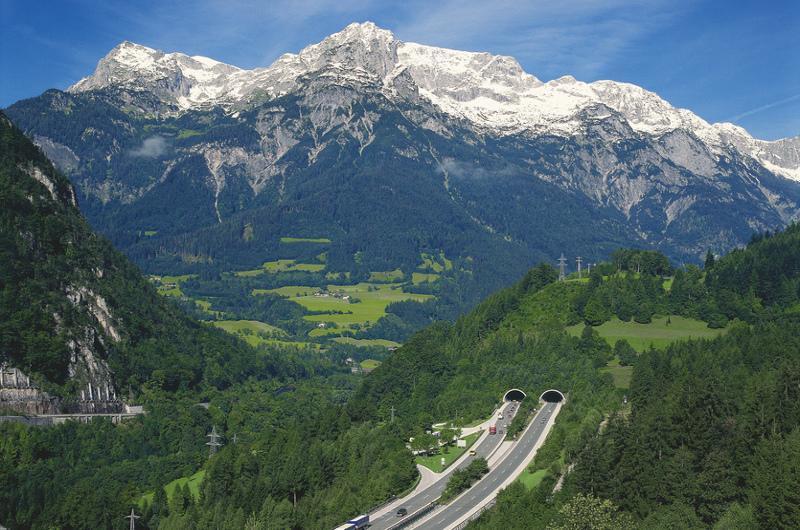 Sieć dróg w Austrii jest bardzo dobrze rozwinięta. Drogi są płatne w postacji winiety